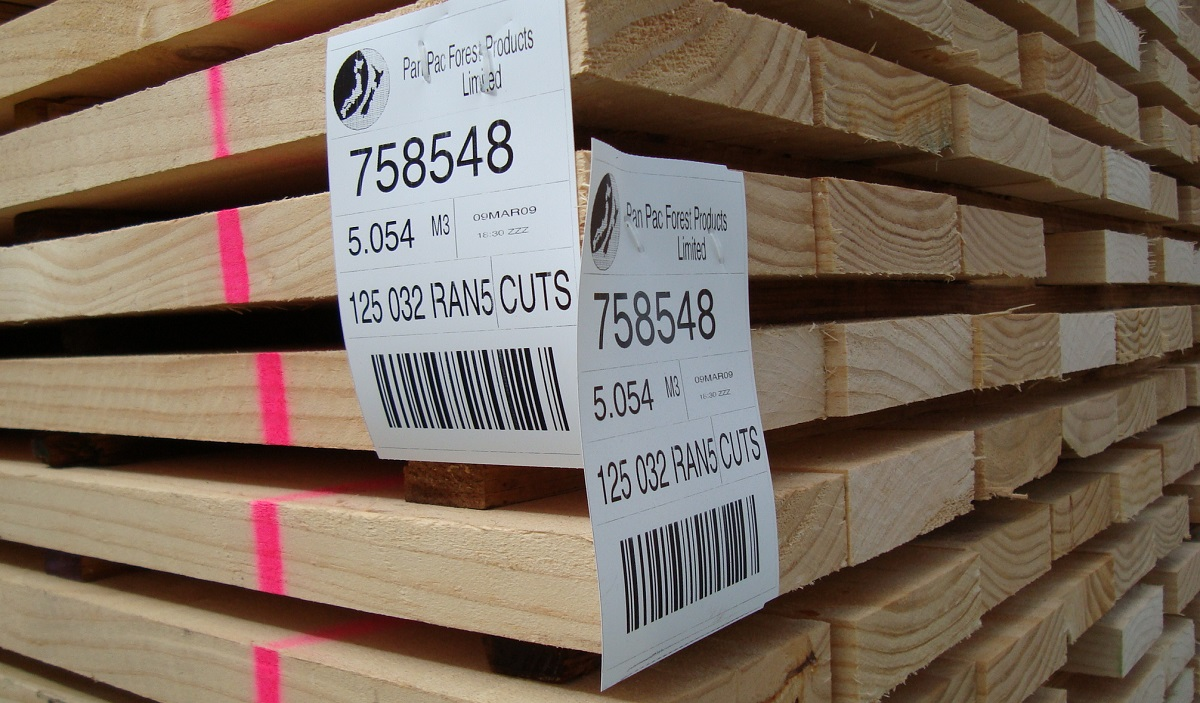円高や海外の安価な輸入材の増加により、次第に日本国産の木材は売れなくなります。
