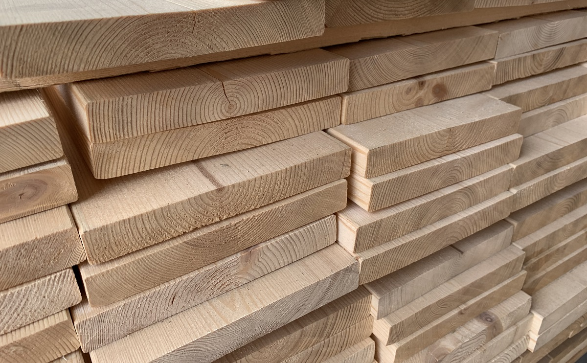 北向き斜面にある立木からの丸太で作る製材はくるいが少ないので価値が高い。