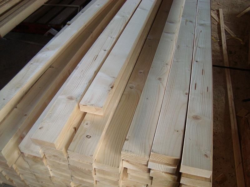 住宅に使われる柱や2×4などの角材、板材です。